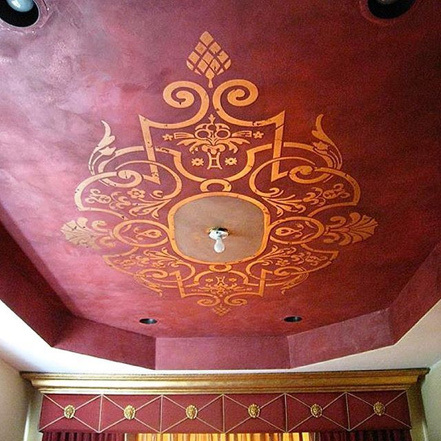 Even without the light fixture to finish it off, this stenciled ceiling medallion is WOWZA! 😍 @wallsart_colombia_usa used another one of our custom #ModelloStencils for this firecracker 🔥