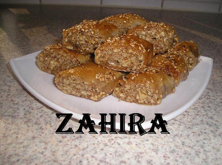 Recept voor baklava met amandelen en sesamzaadjes. Bak de gepelde amandelen en maal deze middel grof. Rooster de sesam lichtjes in een koekenpan en laat even afkoelen.