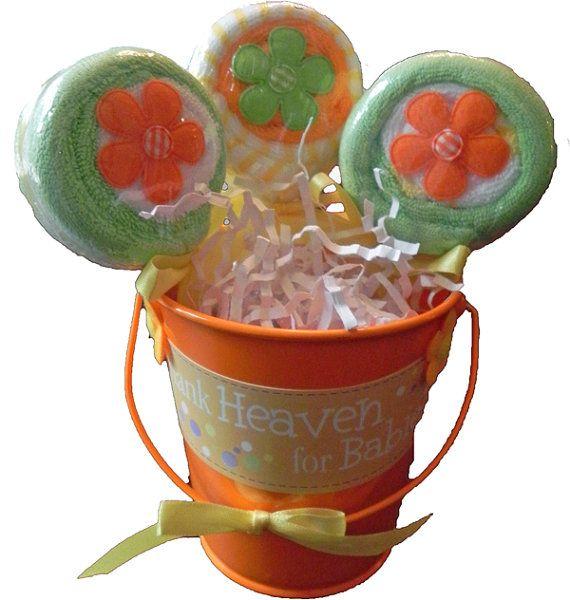 BabyBinkz - Baby washandje Lollipop emmer Deze schattige washandje lollies kijk goed genoeg om te eten en maken de perfecte Baby Shower geschenk, middelpunt of gunst! Deze aanbieding is voor een Lollipop emmer, met drie washandje lollies! Ingrediënten: 6 baby washandjes (2 per Lollipop) 1 tin emmer Decoratieve Appliques Coördinerende lint Verpakt in Tulle Elke washandje Lollipop emmer is handgemaakt, en gemaakt met TLC in de BabyBinkz studio! Veel rassen beschikbaar. Vragen over aangep...