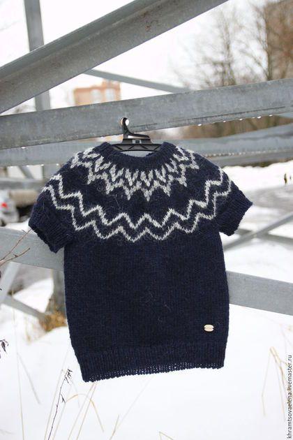 Лопапейса – это традиционный очень тёплый исландский свитер. Связан из пряжи Lopi, которую изготавливают из шерсти овец длинношёрстной породы, которую завезли на остров ещё викинги. У этой шерсти два слоя - внешний, пропитанный жировыми соединениями, что защищает животное от промокания - вода просто-напросто стекает вдоль ворсинок и внутренний подшёрсток - пушистый и лёгкий, он предохраняет от холода.  #lopapeysa #elenakhra_knit #lopi #лопапейса #пуловер #вязаный