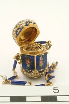 Enamelled Gold Vinaigrette Inlaid With Pearls  Production Date:  1750-1820