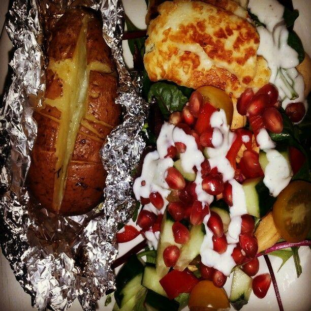 Uuniperuna, halloum, granaattiomena, salaatti... ❤