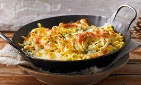 Lust auf würzige Käsespätzle mit goldgelber Käsekruste und Röstzwiebeln obenauf? Dann seid ihr hier richtig! Wir zeigen euch, wie ihr Spätzle selber macht und cremige Käsespätzle daraus zaubert.