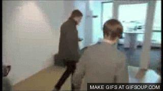 Justin Bieber.  - Así de torpe es este cantante que de repente se topa con las puertas por irse arreglando el peinado, y no ha sido la primera vez que le pasa.