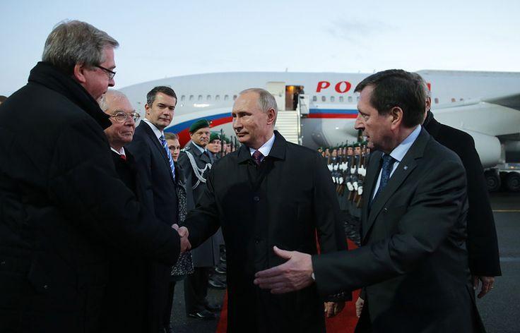 """Путин прибыл в ведомство канцлера ФРГ на саммит """"нормандской четверки""""   19 октября, 19:08 дата обновления: 19 октября, 19:30   http://tass.ru/politika/3718007"""