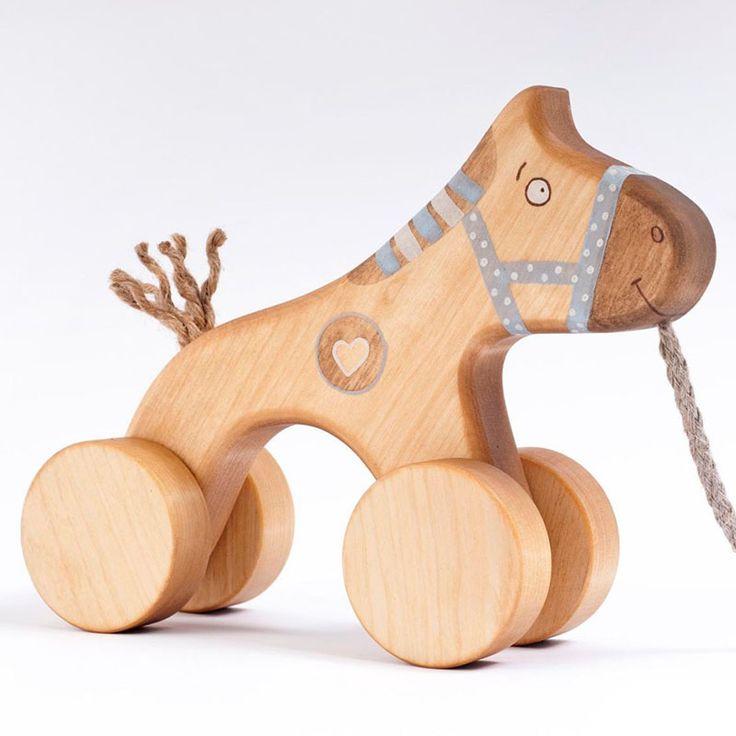 En naturlig handgjord trähäst med hjul och snöre 2