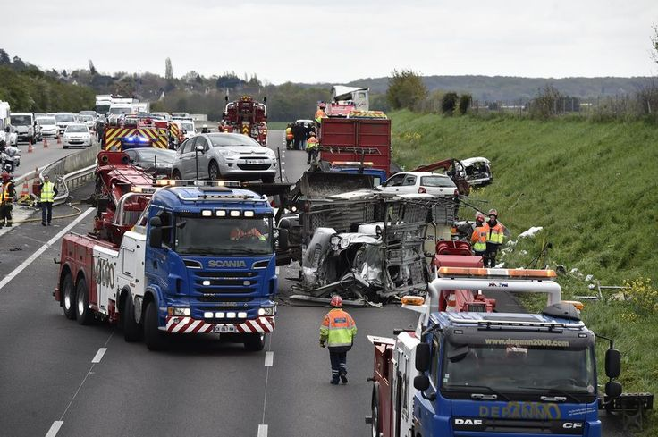 """Un """"très important carambolage"""" impliquant deux poids-lourds et six autres véhicules s'est produit lundi vers 13H00 sur l'autoroute A13, dans les Yvel..."""