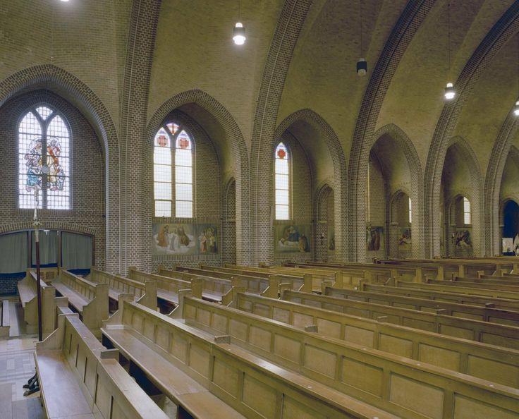 Kerkbank in Katholieke kerk te Westdorpe
