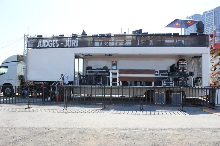 Dünyanın en heyecanlı serbest stil motokros yarışması Red Bull X-Fighters Dünya Turu'nun İstanbul ayağı 16 Haziran Cumartesi, 20:30'daı Kazlıçeşme Meydanı'nda gerçekleşecek. Organizasyon jürisi yarışmayı, Mobil Tanıtım'ın Etkinlik TIR'ı Eventtruck'ın terasından izleyecek. www.mobiltanitim.com