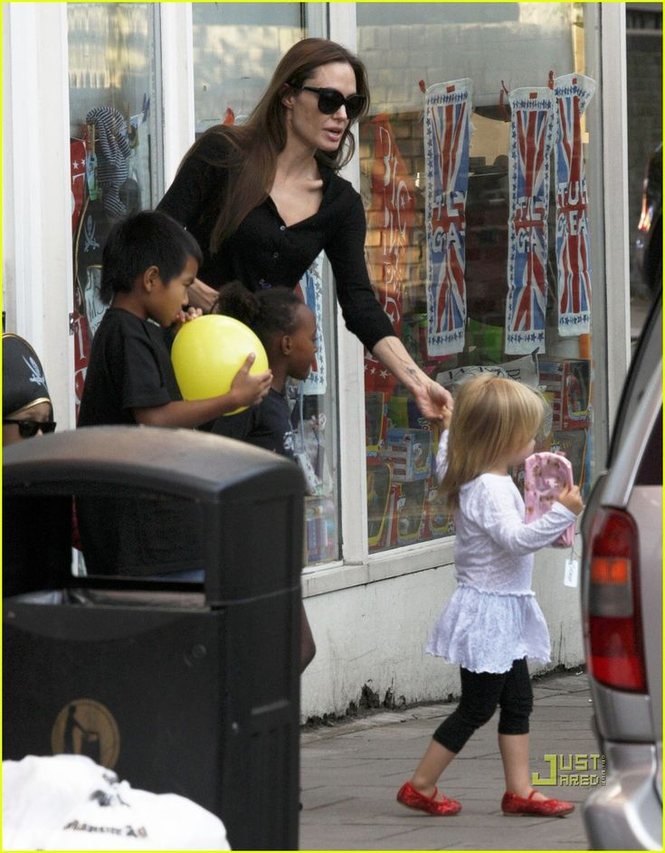 Angelina Jolie: Pottery Cafe with the Kids! | angelina jolie kids pottery cafe 06 - Photo
