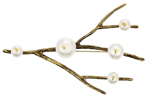 Cette broche Stefano Poletti saura vous plaire avec ses perles de verre nacrées. Vous serez à la fois naturelle et sophistiquée avec ce bijou sur vous…