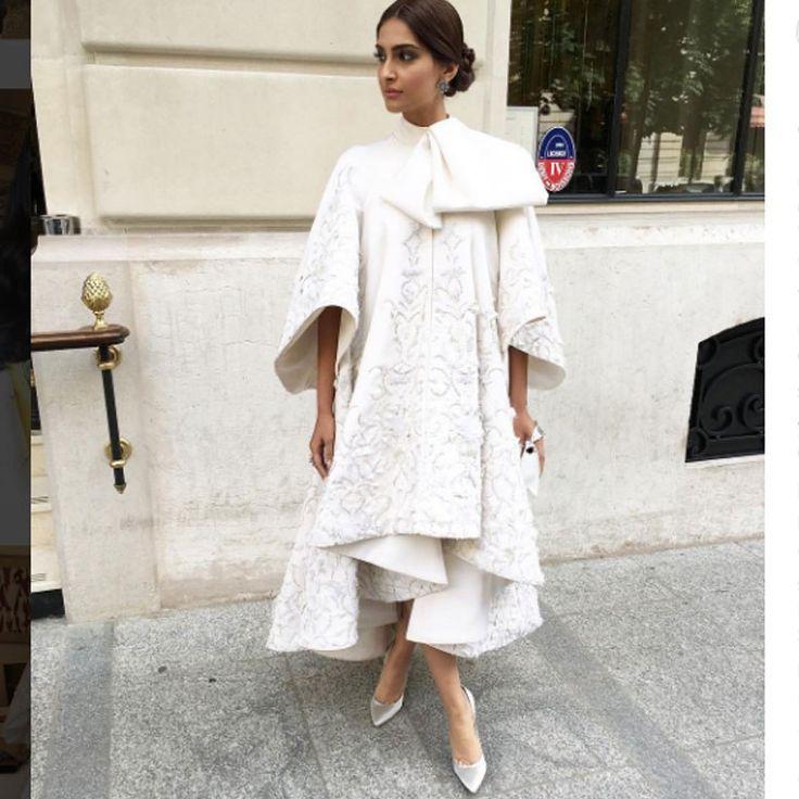 Sonam Kapoor, en el desfile de Ralph & Russo, con un espectacular abrigo con lentejuelas bordadas de Raplh & Russo alta costura primavera 2016