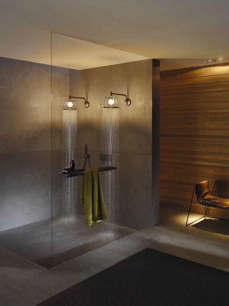 """Pommeaux de douche de la gamme One et Nendo d'Axor, conçus avec des bras de douche, un corps d'encastrement, un set de finition chromé pour mitigeur thermostatique encastré avec 1 sortie et une douchette """"tube"""" à 2 jets. Prix : à partir de 3 357 euros HT la tête de douche à l'unité et 5 066 euros le total des accessoires utilisés pour cette douche à l'italienne moderne. Où l'acheter : www.hansgrohe.fr"""
