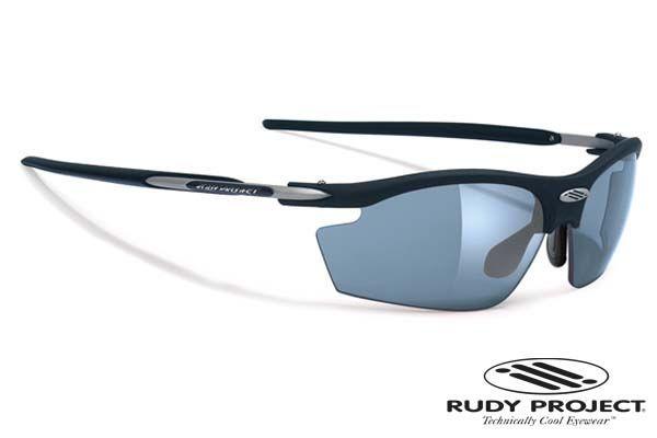 Rudy Project napszemüveg Rydon Matte Black Photochromic Grey. NXT® anyagból készültek. Pehelykönnyűek, törhetetlenek, repedés mentesek és tökéletesen éles látást biztosítanak. Ezeknek a lencséknek jó a kémiai ellenállósága, ráadásul bizonyos színek fényre sötétednek. Rudy Project speciális ImpactX™ anyaga magas hőstabilitású, hiszen 80°C-ig nem lép fel semmilyen optikai vagy szerkezeti károsodás. KATTINTS IDE!
