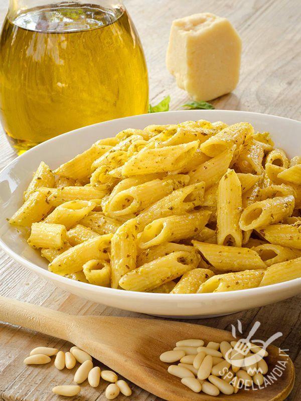 Le Penne al pesto di pinoli, origano e parmigiano: per arricchire il solito menu in modo semplice e veloce e con un risultato sorprendentemente appetitoso.