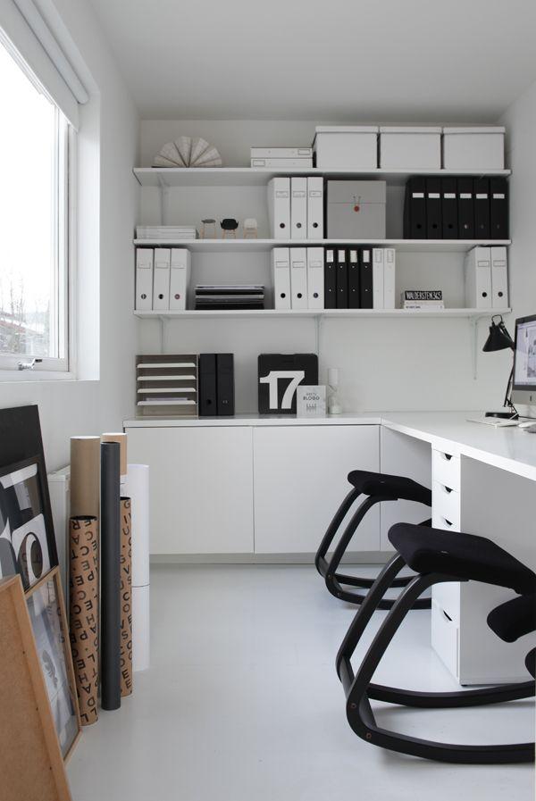 Innredningen er enkelt bygget sammen med Ikea-moduler. Lengst inn i rommet har vi satt sammen tre Metod kjøkkenskap på 60x60x60 med en benkeplate oppå som fortsetter bort rundt hjørnet og utgjør arbeidsbordet vårt. Skapene lengst inn rommer printer på uttrekkbar skuff og alle materialprøvene mine. Benkeplaten støttes opp av to Alex skuffemoduler (Ikea), og er laget av en tilskåret og malt mdf-plate. Hylleplatene er laget på samme måte, men av en tynnere mdf-plate, og støttes opp av enkle…