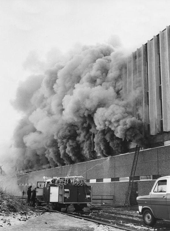 Brann ved sykkelfabrikken på Kvål, 16.11.1973: røyk kommer ut av bygningen, brannbil foran bygget