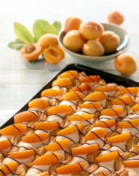 Letní meruňkové vlnky Recept: Výborný moučník pro letní dny. Jeden z mnoha vynikajících receptů Dr.Oetker, pečlivě vyzkoušených ve Zkušební kuchyni Dr.Oetker.