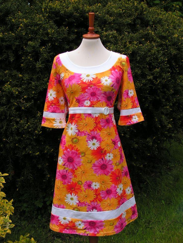 Jerseykjole med masser af farver og blomster. Se flere kjoler på min Facebook side: https://www.facebook.com/pages/Doris-Vestergaard-Design/110763765613494?ref=bookmarks