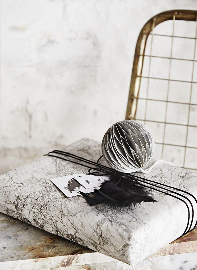 Ruskea voimapaperi on kaunis tausta erilaisille kuvioille, vaikkapa paperisille puille ja lumisateelle.  Hyödynnä paketoinnissa vanhat kalenterin sivut.  Marmoroitu lahjapaperi on tämän joulun trendij