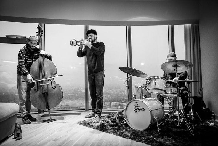 JAZZ W APARTAMENTACH SKY TOWER  W niedzielę w naszym najnowszym apartamencie odbył się jednej z kameralnych koncertów w ramach Jazztopad Festival. Na tle oświetlonego, wieczornego Wrocławia, wysłuchaliśmy występu trio w składzie: Zbyszek Kozera – kontrabas, Piotr Damasiewicz – trąbka, Korhan Argüden (Turcja) – perkusja. Atmosfera była naprawdę gorąca. fot. Sławek Przerwa
