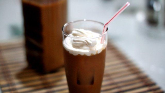 El café helado tailandés lleva café concentrado, leche condensada y hielo. La leche condensada llegó a Tailandia a mediados de la década de 1900 con los funcionarios estadounidenses estacionados en bases militares en el país asiático. Los lugareños no tardaron en encontrarle uso, agregándola al café con hielo para refrescarse en medio de su clima cálido.