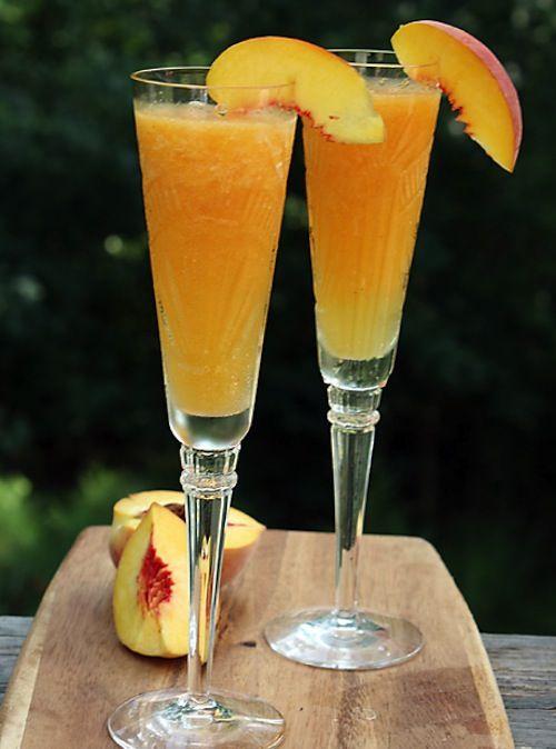 Ponche de Champagne e Pêssego= garrafa de champagne (frizante ou espumante) 1 garrafa de vinho branco suave 500 ml de suco consentrado de pêssego (de caixinha) 1 litro de água com gás 1 lata de pêssego em calda picados
