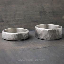 Mooi in eenvoud, deze gehamerde geoxideerd zilveren ringen. Deze ringen kunnen in elke gewenste breedte en dikte worden gemaakt, met of zonder tekst.