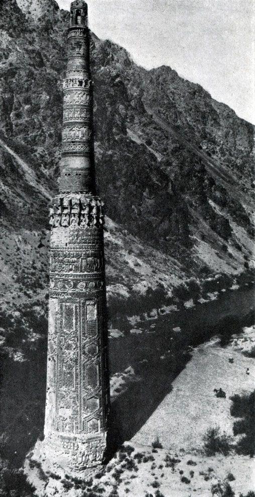 Минарет высотой почти 65 метров является вторым в мире по высоте историческим кирпичным минаретом после Кутаб-Минар в Дели. Предполагается, что в прошлом, он мог быть еще больше, однако сейчас его купольная часть разрушена.