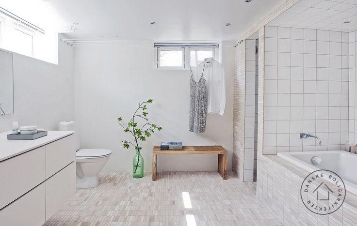 Et bad i kælderen behøver hverken være mørkt, fugtigt eller trist. Se bare her, hvordan arkitekt Rasmus Skaarup fik forvandlet sin tidslomme af et 70'er-bad til et lyst og funktionelt velvære- og vaskerum.