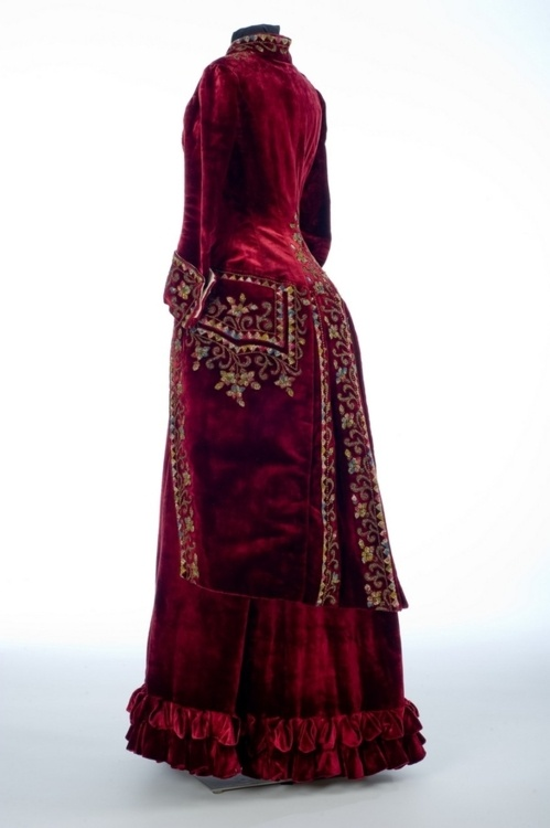 ~Paris, Skirt and polonaise, 1885. Velvet, beads, silk, glass~   Collection of Shelburne Museum.