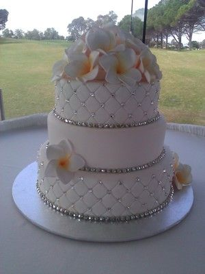 Wedding Cake Ideas. I would like this with pearls