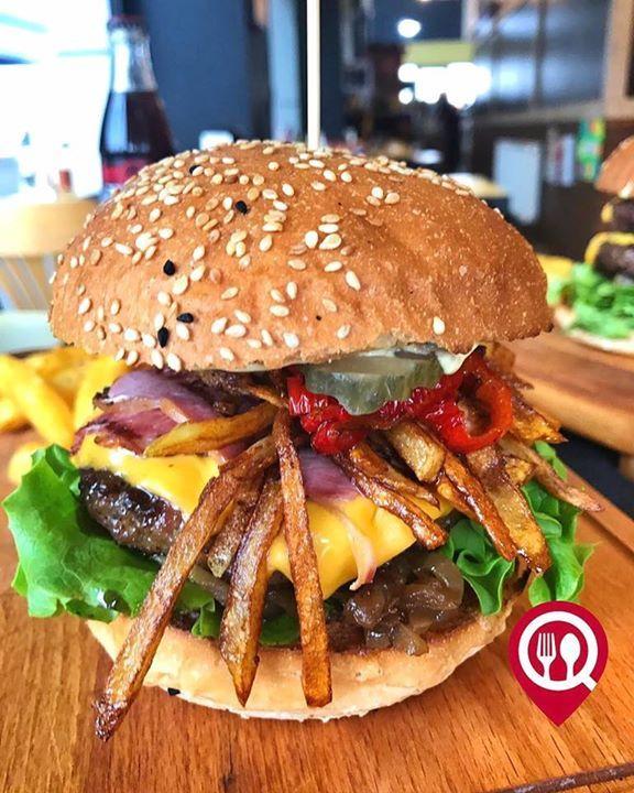 """Chacha's Special Burger - Chacha's Burger & Pizza & Steak / İstanbul (Çengelköy)   Çalışma Saatleri 10:00-02:00  0 216 308 05 55  3350 ( Menü: Burger  Patates  İçecek)  Alkolsüz Mekan Paket Servis Var  Multinet Setcard Sodexo Yok Açık Alan Var  Otopark Vale Parking Var DAHA FAZLASI İÇİN YOUTUBE """"YEMEK NEREDE YENİR"""" ABONE OL  İçerik: 140gr Burger köftesi Gusto sos karamelize soğan yeşillik turşu mantar cheddar peyniri füme et kibrit patates köz biber"""