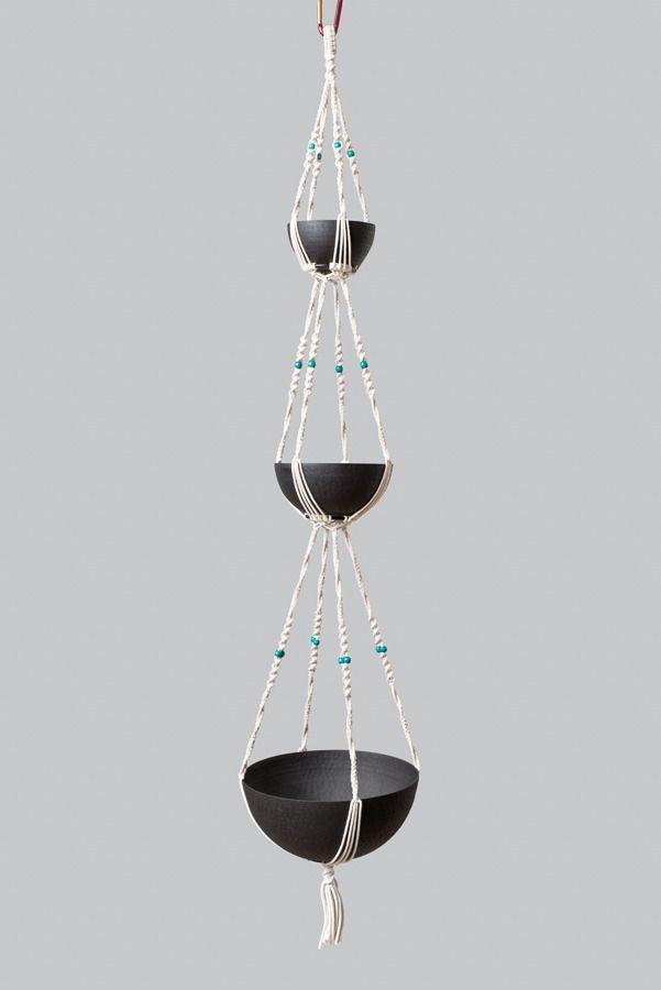Grande suspension en macramé ByMadjo (avec pots) modèle Zéphyr : Accessoires de maison par bymadjo Saladier en métal martelé Suspension plantes 3 étages Coton blanc perles turquoise