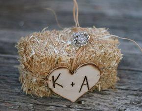 Changez du traditionnel coussin pour porter vos alliances le jour de votre mariage, voici 20 idées pour un porte-alliances original : esprit champêtre, ...