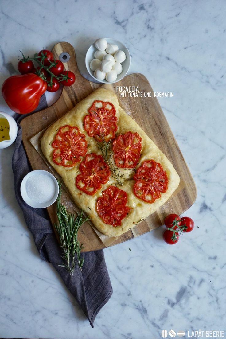Frisch gebackene Focaccia mit Tomaten und Rosmarin für die kommenden Grillabend.