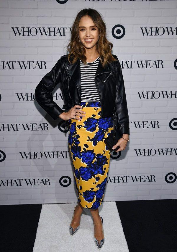 Jessica Alba look t-shirt listras floral skirt jaqueta couro