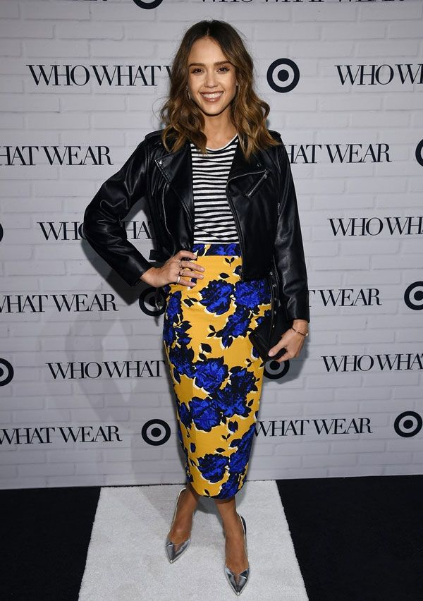 Jessica Alba look t-shirt listras floral skirt jaqueta couro