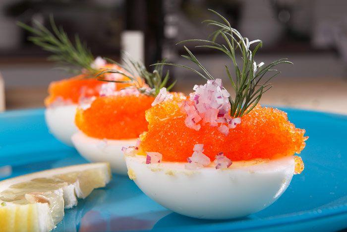 Fyllda ägghalvor med löjrom, rödlök, citroncreme fraîche och dill - Ingredienser för 12 ägghalvor 6 ägg, kokta 150 gram löjrom 1 rödlök 1 msk mild olivolja Saft från 1/2 citron Tunna strimlor citronskal Dillkvistar