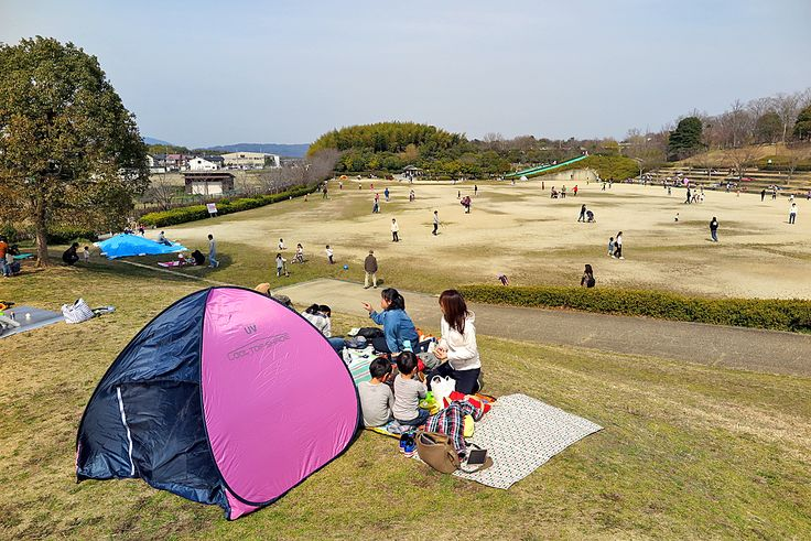 2017年3月6日(月)こんにちは。「奈良県北葛城郡広陵町・竹取公園」。昨日の定休日は、次男のお友達ファミリーと一緒にピクニック。加古川から車で約1時間40分。奈良県にある「竹取公園」へ出掛けました。かぐや姫の郷(竹取物語の舞台)、散策路や木製の大型遊具、そり遊び(草滑り)のできる施設を有する入園無料の公園です。ここだけでも相当広い施設ですが、隣接する「馬見丘陵公園」と合わせたら強烈な広さ。春の陽射しがポカポカと照りつける中、ゆっくりお昼寝...といきたいところでしたが、幼児2人連れなので追いかけ回してグッタリ。近くに「法隆寺」があることを確認していたのですが、観光はまたの機会にということで帰路につきました。意外と近い奈良。これを機に奈良県散策シリーズ、スタート!?  それでは、今日も皆様にとって良い1日になりますように☆ 【加古川・藤井質店】http://www.pawn-fujii.jp/