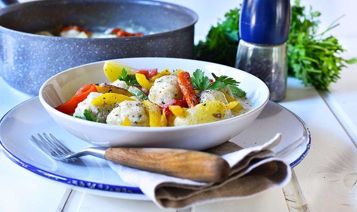 Γιουβαρλάκια κοτόπουλου αβγολέμονο με πιπεριές και baby πατάτες από τον σεφ Αλέξανδρο Παπανδρέου και τα κεραμικά σκεύη Meteor Tefal