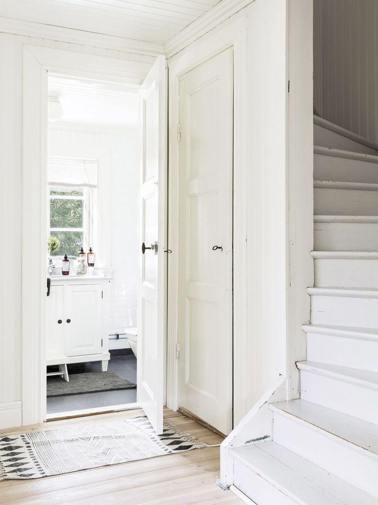 Innanför den gamla hallen ligger husets mindre badrum. De gedigna spegeldörrarna till badrum och garderob är fyndade på Blocket.