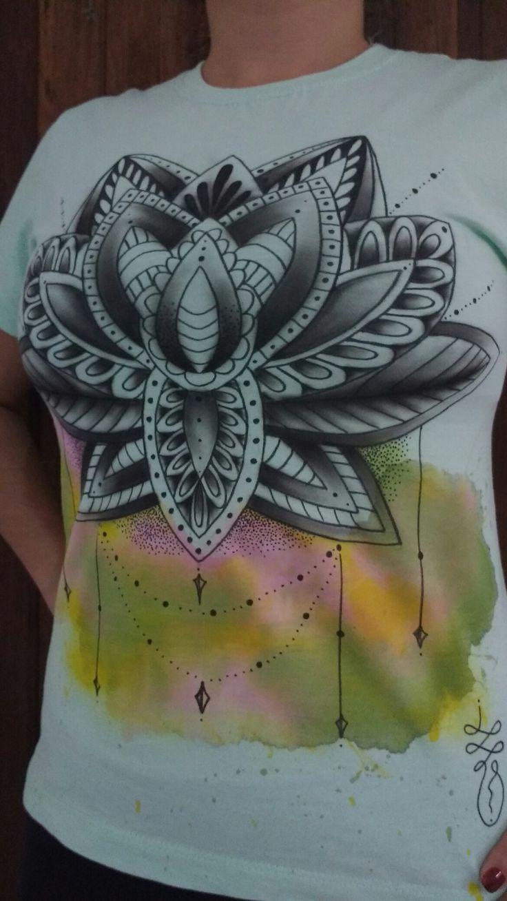 Camiseta Artesanal Exclusiva aRtenOmade pintada a Mão Técnicas de Pontilhismo Aquarela, Aerografia e Mão livre com Caneta para Tecido Artista: LeinaD