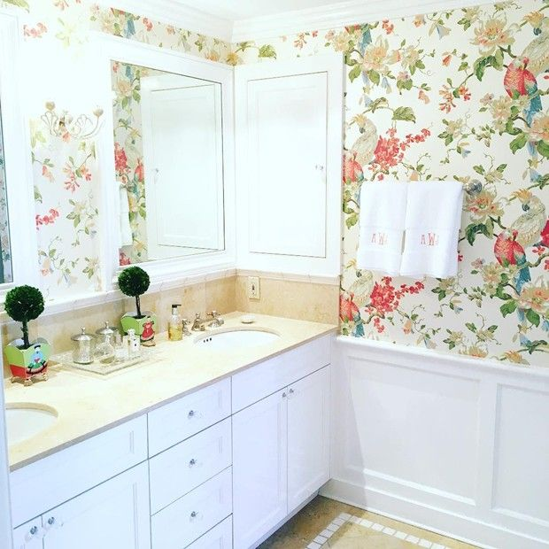 Small master bathroom design ideas with floral wallpapers for Bathroom decorating ideas wallpaper