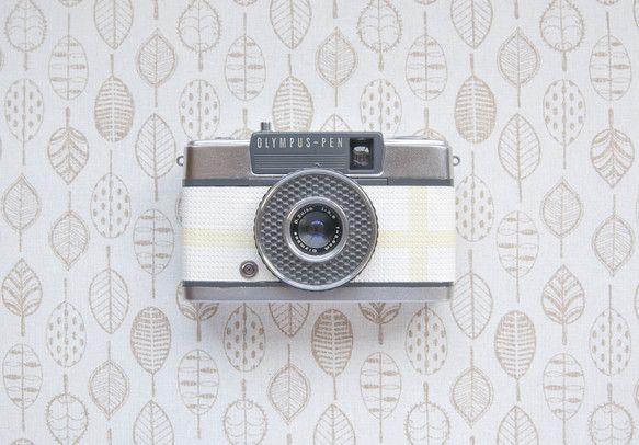 日本で代表的なオリンパスのハーフサイズカメラです。初心者向けに生産され、シャッターを押すだけの簡単カメラです♩革の部分をホワイト、クリーム色にカスタマイズし柔...|ハンドメイド、手作り、手仕事品の通販・販売・購入ならCreema。
