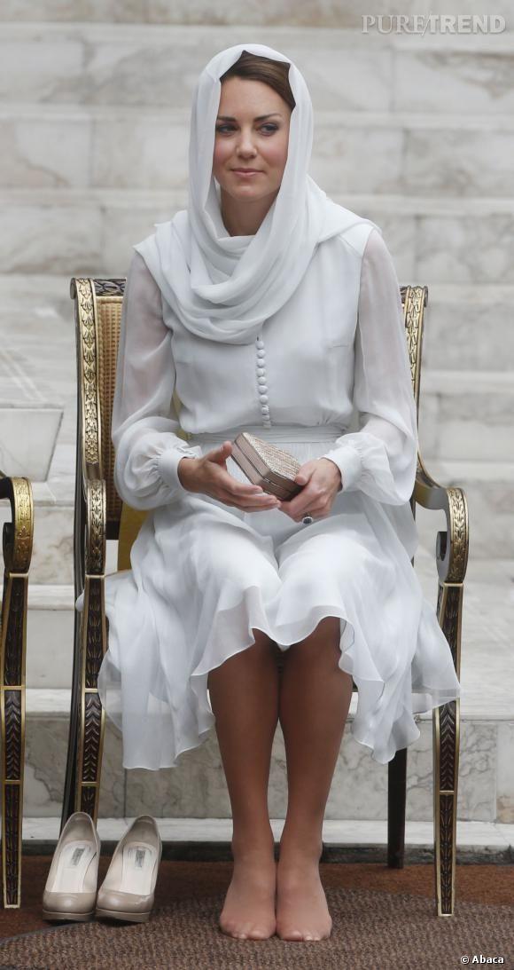 Kate Middleton est obligée de se déchausser pour pénétrer dans la mosquée.