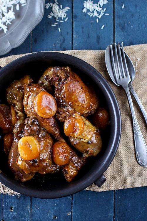 Poulet mijoté au miel, pain dépices et abricots secs - 4 cuisses de poulet (pilon + haut), 1 cs de miel, 6 tranches de pain d'épices, 250 g d'abricots secs, 1 oignon rouge, Sel, poivre