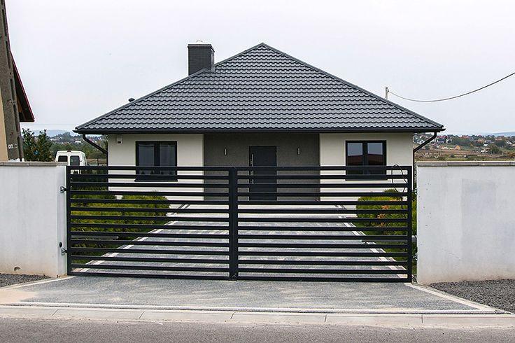 Niewielki dom jednorodzinny zaprojektowany z myślą o 3-4-osobowej rodzinie. Projekt charakteryzuje się zwartą, prosta bryłą przykrytą kopertowym dachem. Architekt zadbał o detale i wygląd elewacji, stąd pomimo niewielkich gabarytów dom prezentuje się niezwykle elegancko. Atutem projektu jest przestronna część dzienna (salon oraz jadalnia). Strefa nocna to dwie sypialnie oraz łazienka. Dzięki zminimalizowaniu komunikacji udało się uzyskać przestronne i łatwe do aranżacji pomieszczenia. Elka 2…