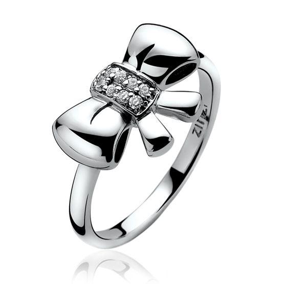 Gestrikt.. Deze lieve zilveren sieraden met strikjes mogen niet in je sieraden collectie ontbreken. Met witte zirconia's bezet en super-cute. Zilveren Zinzi ring met strik en witte zirconia's.Zir857