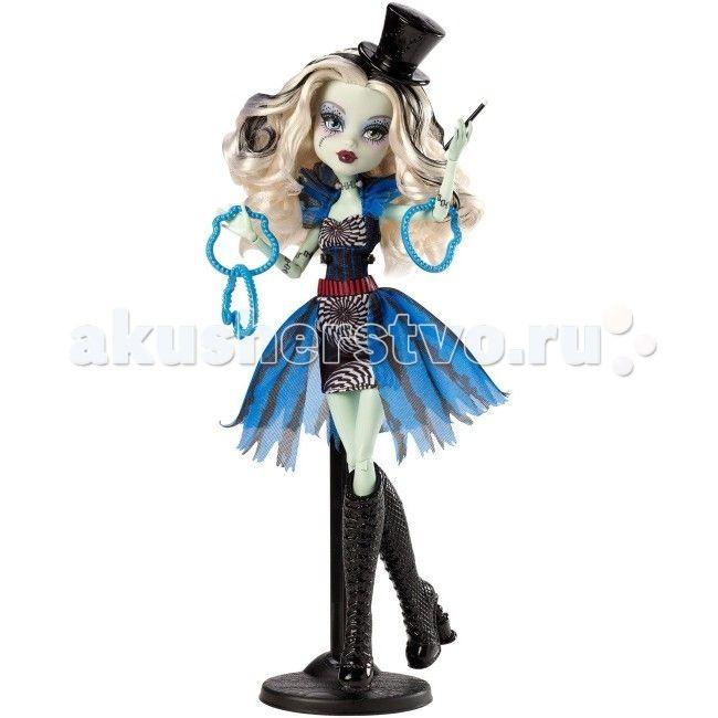 """Monster High Кукла из серии Шапито Frankie Stei  Кукла Monster High из серии Шапито Frankie Stei не оставит равнодушной ни одну поклонницу """"Школы монстров"""".   Особенности: Тени у Френки выполнены в мрачном, фиолетовом оттенке, но их почти не видно.  Губы у куклы алого цвета, волосы длинные, кудрявые, все такого же черно-белого цвета, правда в этой коллекции у Френки черного почти не видно, зато в волосах преобладает платина. На голове имеется аксессуар в виде черного цилиндра фокусника…"""